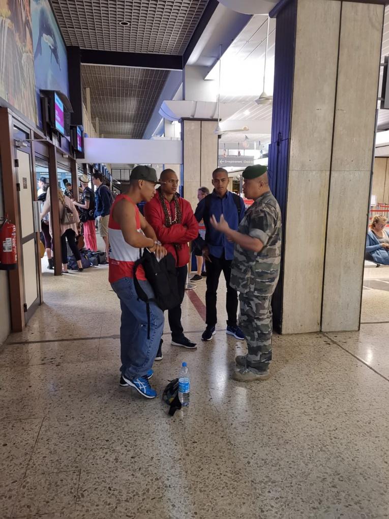 Les futurs légionnaires dimanche à l'aéroport de Tahiti juste avant d'embarquer.