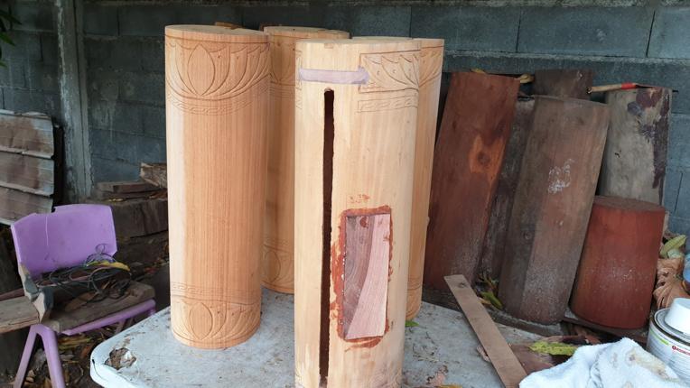 Pour renforcer les endroits où les musiciens frappent, Jean Noho utilise du bois de 'aito.