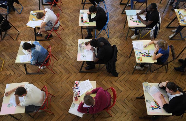 """Bac: il y a un """"risque"""" que certains élèves n'aient pas leurs résultats vendredi, prévient Blanquer"""