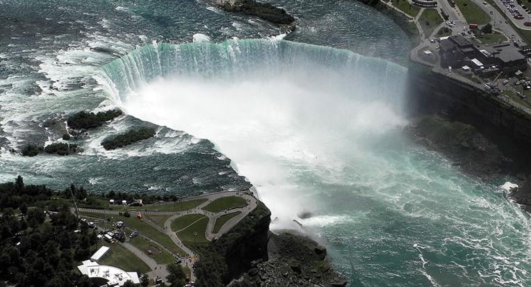 Un homme survit après s'être jeté dans les chutes du Niagara