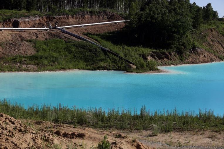 Les Maldives en Sibérie ? Un lac pollué à la couleur irréelle devient une attraction