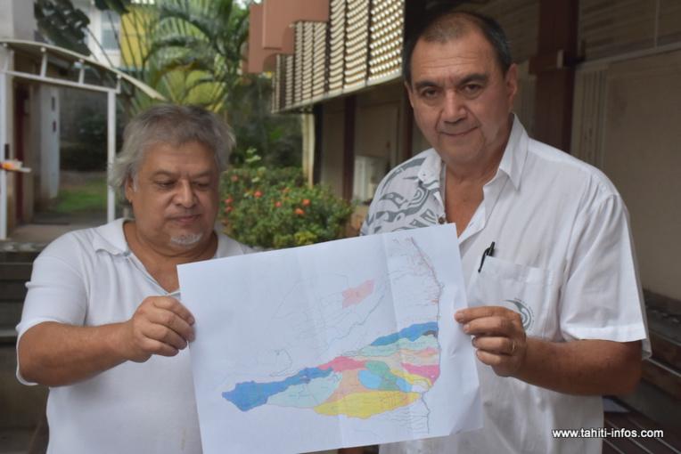 Patrice Taata et Georges Richmond, vendredi matin après le dépôt de leur plainte au parquet de Papeete. Les deux plaignants exhibent le relevé cadastral établi en 2011 au centre du litige pour les ayant-droits des 450 ha de la terre Faatautia, à Hitia'a.
