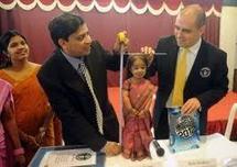 La plus petite femme au monde est une Indienne de 62,8 cm (Guinness)