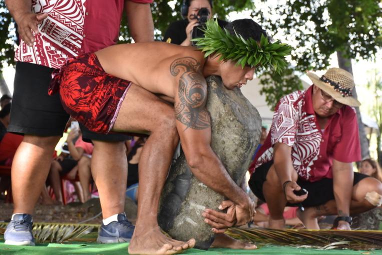 Samedi pour les hommes, le concours de lever de pierre s'est déroulé en trois séries, avec à soulever des pièces de 80 kilos, 104 kg et 120 kg.