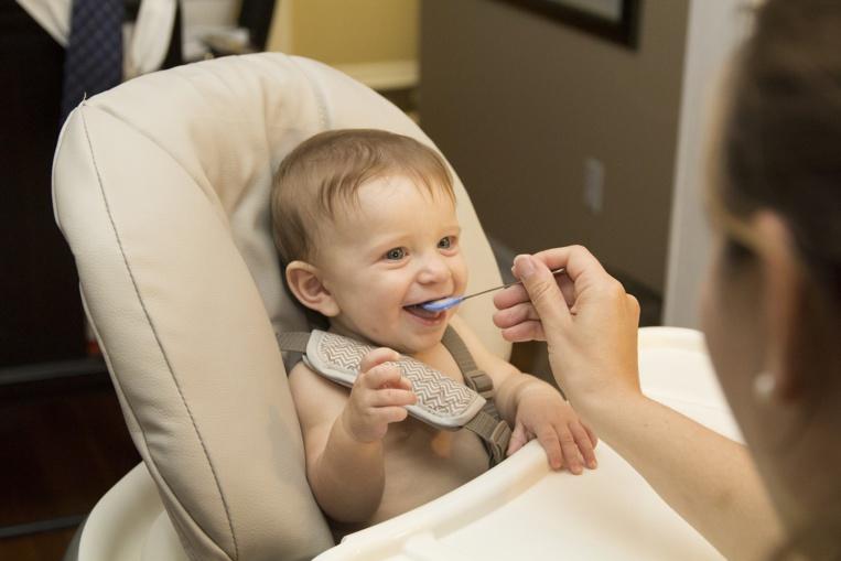 Trop de sucres dans la nourriture pour bébé, prévient l'OMS