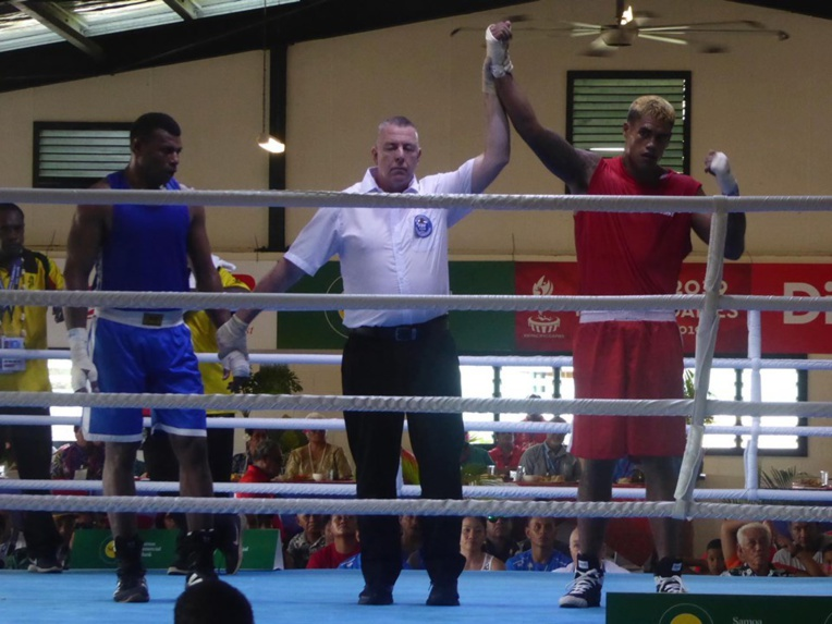 Heimata Neuffer (en rouge) s'est imposé face à un Vanuatais par arrêt de l'arbitre au deuxième round. Il retrouvera en demi-finale le Samoan Hugo Fata. (©SportsTahiti)