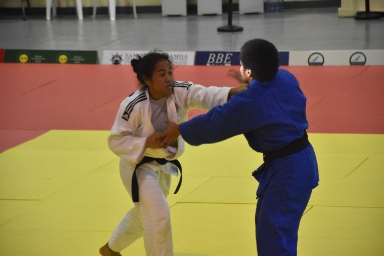 Poerava Temakeu a remporté la médaille d'argent en open dans la catégorie des plus de 57 kg.