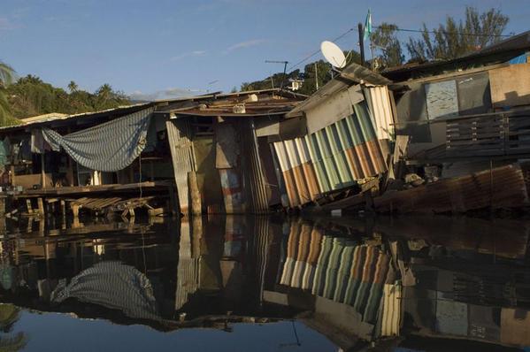"""""""Il y a en Polynésie des endroits que l'on peut considérer comme des bidonvilles"""" (Tahiti Faa'a , photo M-Vigneau)"""