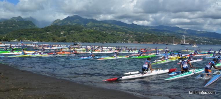 Plus de 400 pirogues ont participé à la course Open hommes, une masse impressionnante sur le lagon.