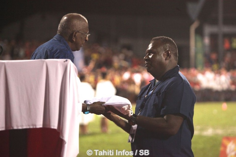 Vidya Lakhan a remis le drapeau des Jeux au représentant des îles Salomon