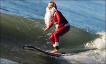 Le Père Noël s'offre un surf en Californie avant sa longue nuit de travail