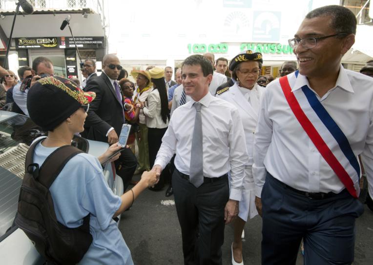 Photo d'archives de Jacques Bangou (droite) lors d'une visite de Manuel Valls en Guadeloupe.