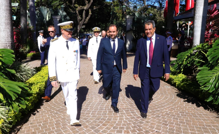 Sébastien Lecornu (au centre) lors de sa dernière visite à Tahiti en septembre 2017 avec le président du Pays, Edouard Fritch (à droite), ainsi que l'ancien haut-commissaire René Bidal (à gauche).