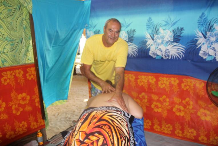 """""""Dès le début, je vais comprendre la personne. En accentuant ma pression des mains, je vais aider à libérer les énergies pour les laisser circuler"""", explique Henri qui pratique le massage traditionnel depuis des années."""