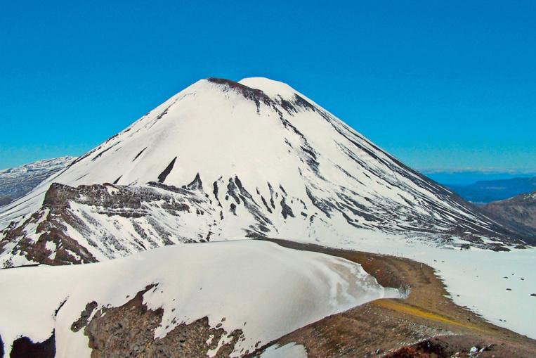 Le superbe Ngaruhoe est facile à escalader, mais ses pentes sont couvertes de cendres, ce qui rend l'ascension assez pénible.