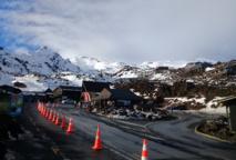 L'arrivée à la station de ski de Whakapapa ; celle-ci ne comporte que très peu d'infrastructures en termes d'hébergement, elle est surtout le point d'accès aux pistes.
