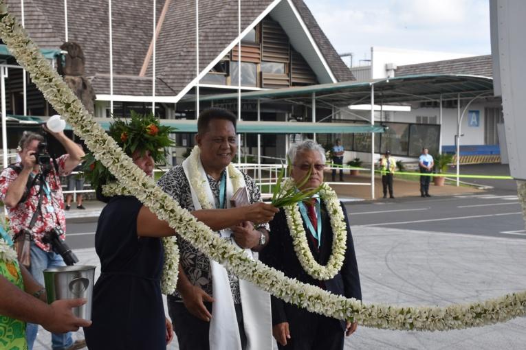 Le père Abraham a procédé à la bénédiction. Il était accompagné par Gaston Tong Sang, le maire de Bora-Bora.