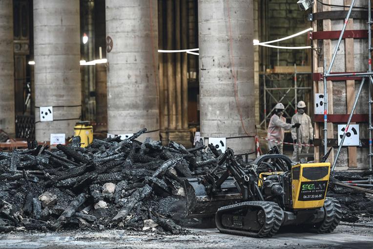 """Notre-Dame: le chantier suspendu """"quelques jours"""" pour """"mettre à plat"""" les précautions sanitaires pour les employés"""