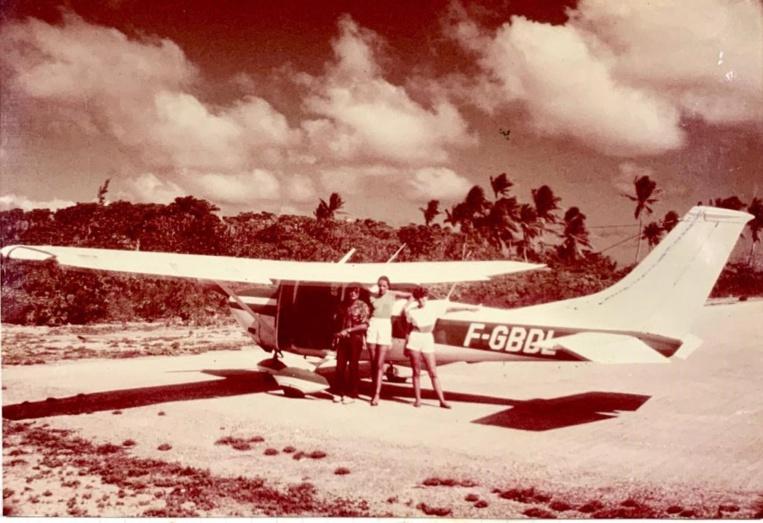 Depuis 40 ans, les pilotes et élèves pilotes peuvent profiter des avions du club pour des escapades dans les îles. Sur cette photo du 15 août 1983, l'instructeur Jean-Pierre Cambray (devenu ensuite commandant de bord à Air France sur Airbus A320), Sonia Jedzrejovski et sa cousine de passage. L'auteur de la photographie est André Jedzrejovski, le père de Sonia.