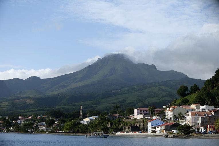 En Martinique, Saint-Pierre, dévastée par la Montagne Pelée, tente de se relever