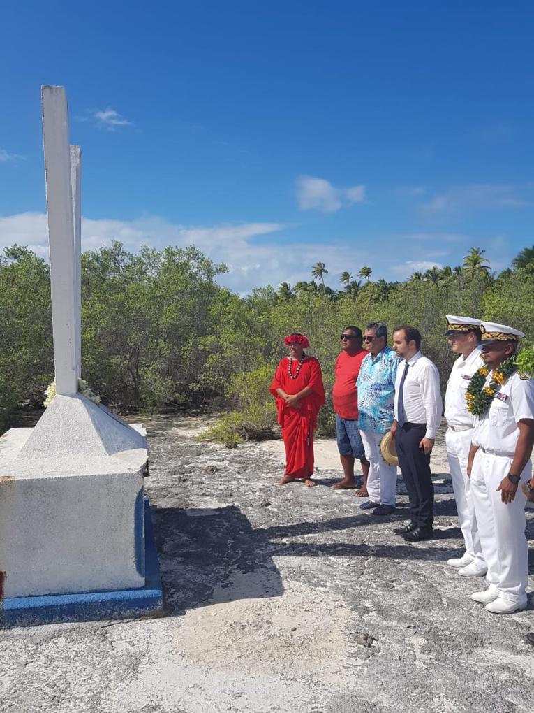 Le ministre s'être recueilli sur la stèle en hommage au Gendarme Viry, assassiné en 1852. Crédit Haut-commissariat de la Polynésie française.