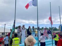 Le ministre a pris part à la cérémonie de levée des couleurs, en présence du tavana Calixte YIP, du conseil municipal et de la population. Crédit Haut-commissariat de la Polynésie française.