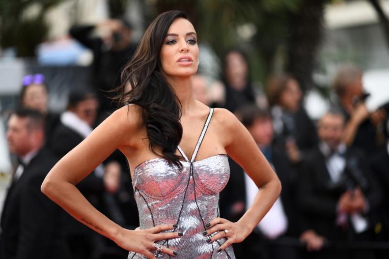 """Jade Foret, l'épouse d'Arnaud Lagardère, annonce son """"célibat"""" puis dément"""