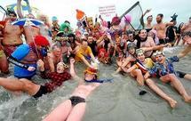Près de 400 personnes participent au bain des givrés du Nouvel an à Dunkerque