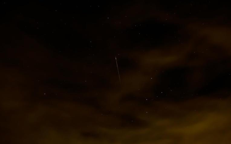Une étoile filante des Perséides prise juste avant le lever du soleil par Dave Walker en 2012 (DR).