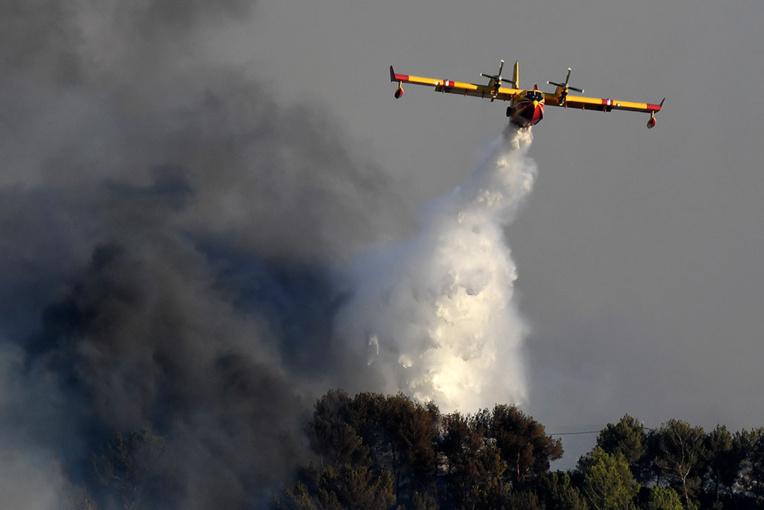 Dans le Gard, les pompiers luttent toujours contre des reprises de feu sur l'incendie de Générac