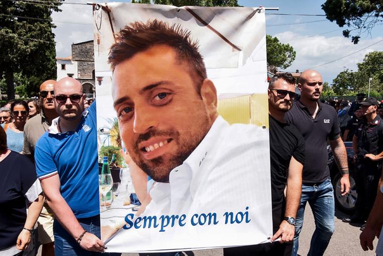 Carabinier tué en Italie: les suspects en larmes au commissariat