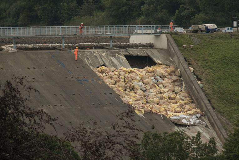 Ville anglaise menacée par la rupture d'un barrage : les secours à pied d'oeuvre