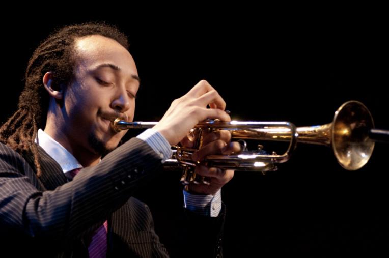 Theo Crocker, trompettiste virtuose, figure sur la liste des invités.