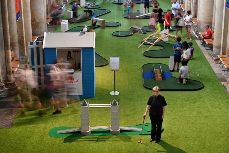 Dans une cathédrale britannique, un mini-golf pour attirer les fidèles
