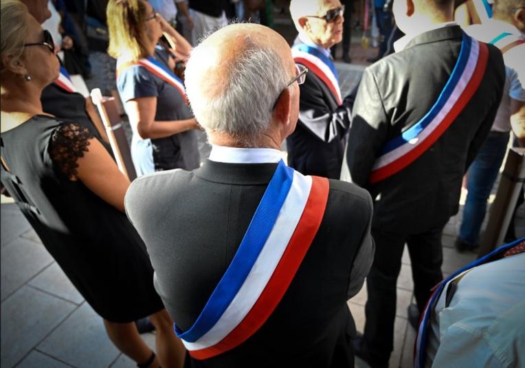 Obsèques du maire de Signes: le signal de Macron aux élus locaux
