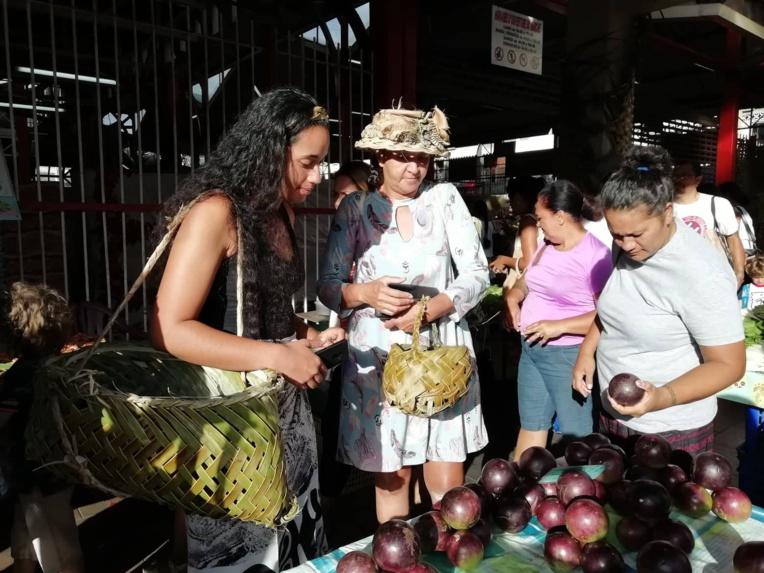 Boites réutilisables, grand panier tressé traditionnel, made in Tuamotu, et même un petit panier spécial pour les firi firi, c'est le kit écolo de Kihi pour faire ses courses ce matin.