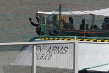 """Migrants: Open Arms refuse l'offre """"irréalisable"""" de l'Espagne d'accueillir son navire"""
