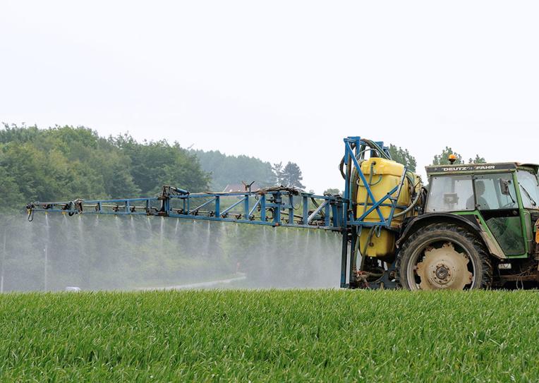 Bretagne: un maire devant la justice pour avoir interdit les pesticides près des habitations