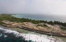 """Vue aérienne datée du 06 juin 2000 de l'ancienne """"zone de vie"""" sur l'atoll de Mururoa."""