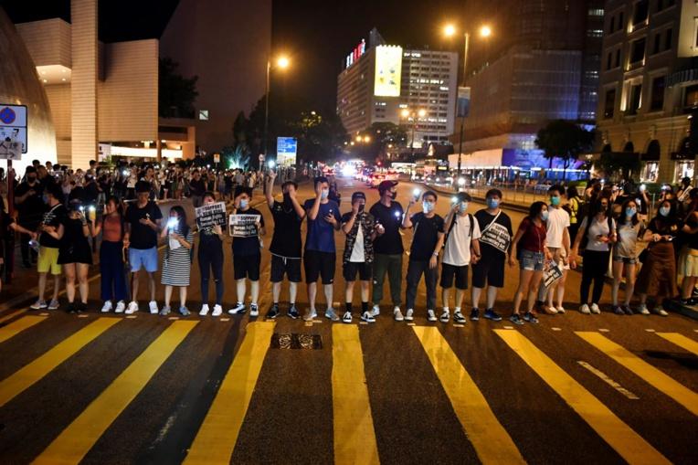 """Hong Kong: le mouvement pro-démocratie forme une chaîne humaine, 30 ans après la """"Baltic Way"""""""