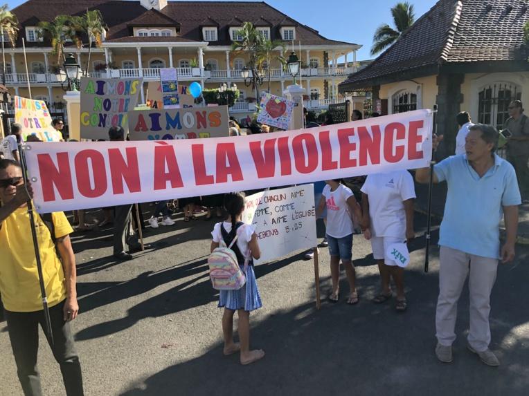 Le cortège a marché avec ses pancartes de la mairie de Papeete jusqu'au parc Paofai où une prière a été faite.