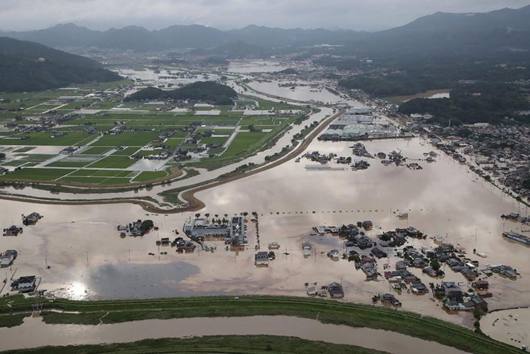 Japon: deux morts dans des pluies abondantes, les appels à évacuer se multiplient