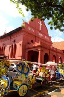 Au centre de la vieille ville, l'église protestante Christ Church datant de 1752. Au premier plan, les cyclo-pousse bariolés permettant de promener les touristes.