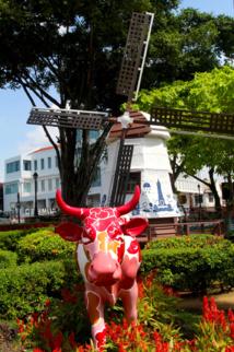 Ambiance typiquement hollandaise avec vache et moulin au cœur de Malacca...
