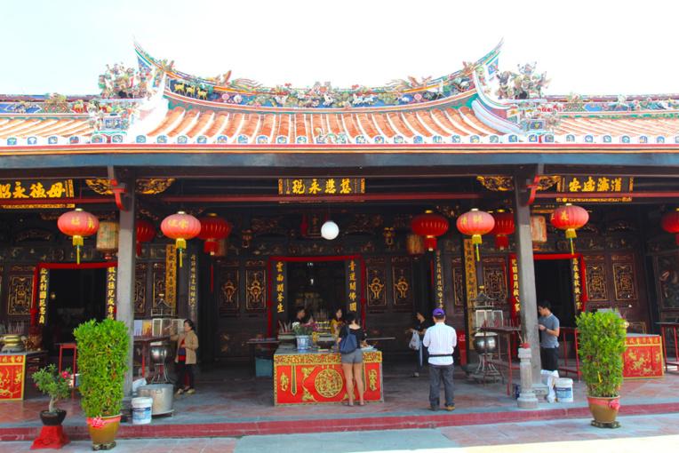 Cheng Hoon Teng Temple, à une rue de la fameuse Jonker Street, devenue un attrape touristes fonctionnant de jour comme de nuit.