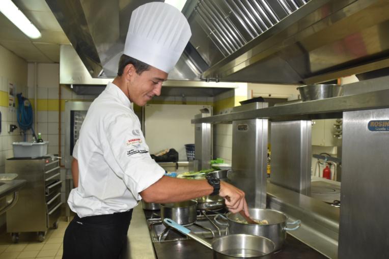 Allan Poilvet s'entraîne tous les jours pour confectionner ses deux recettes.
