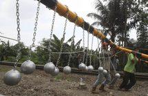 """Indonésie: des assommoirs en béton pour dissuader les """"surfeurs de train"""""""