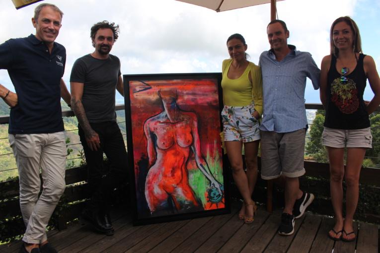 (de gauche à droite) Laurent Touvron, directeur d'exploitation de Tahiti Nui hélicoptère, Nyko PK16, réalisateur, Taina Calissi, Julien et Cathy Derruder.