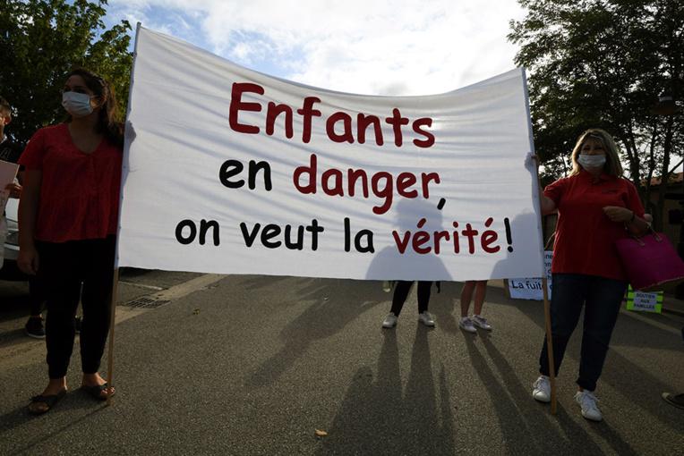"""Rentrée scolaire dans la """"vallée de l'arsenic"""" : des parents inquiets manifestent"""