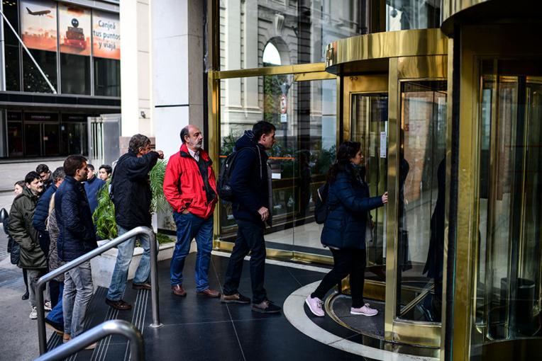 Argentine : début du contrôle des changes, premières queues devant les banques